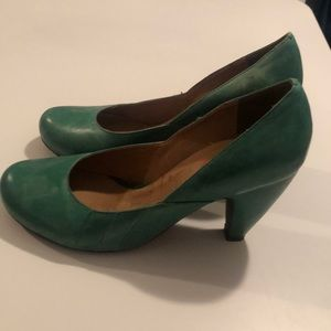 Green vintage style pumps